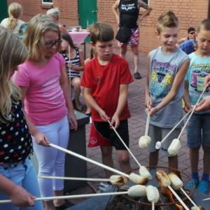 Kinderen activiteiten camping marshmellows roosteren speeltuin
