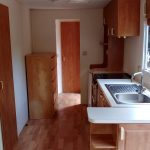keuken met koelkast en oven met gril